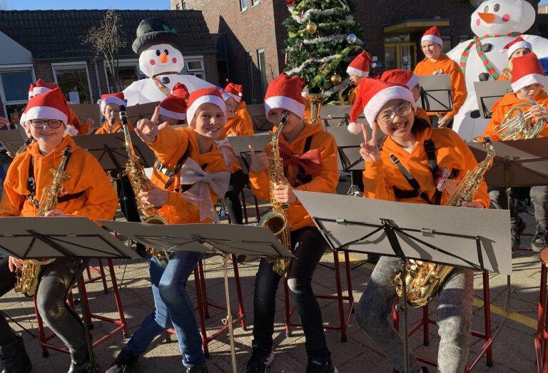 De grootste schoolband van Nederland maakt een feestelijke kerstclip