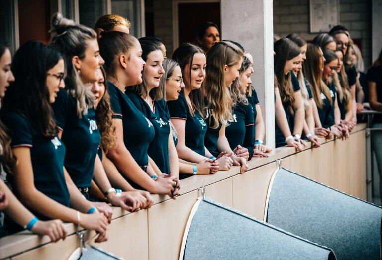 Studenten zingen bij de ondertekening van het MuziekAkkoord Helmond