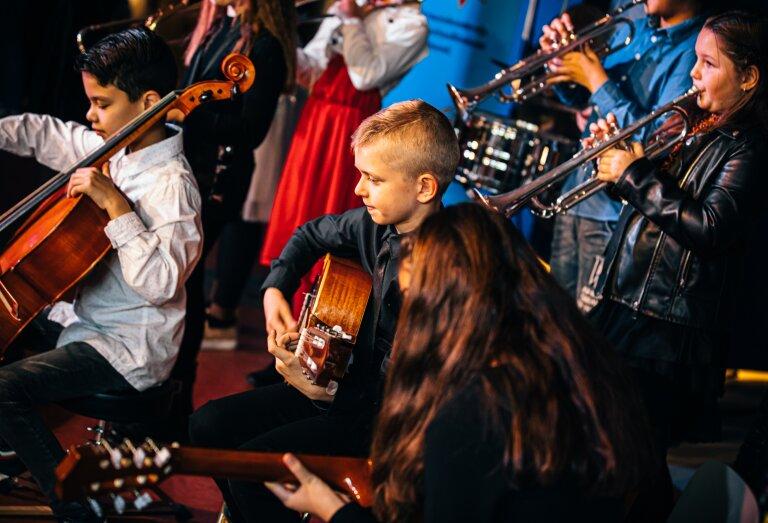 muziek makende kinderen - samenwerking muziekvereniging