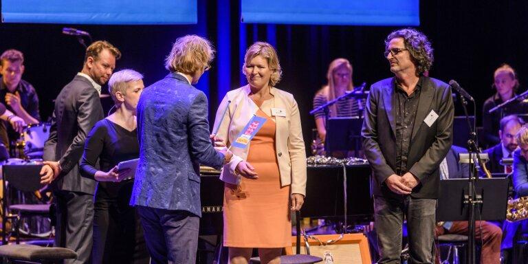 Mirjam Pauwels ontvangt het stokje voor provincie Drenthe