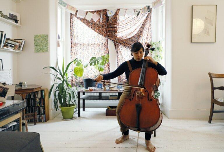 Natasha Zielanzinski bespeelt de cello
