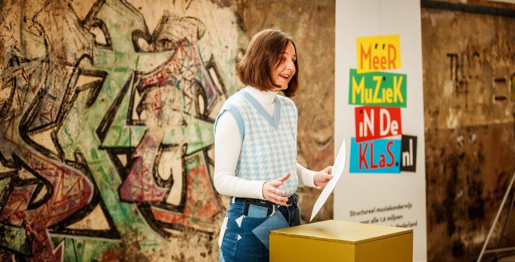Jonge dichteres Sara Curfs uit Oirsbeek hield een voordracht voor erevoorzitter Koningin Máxima
